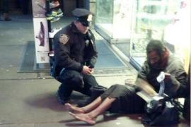 La foto de un policía calzando a un mendigo conmueve a los neoyorquinos
