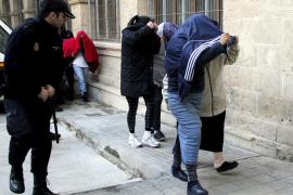 El juez decreta prisión sin fianza para 9 de las 16 claveleras detenidas