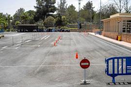 La pista de exámenes de motocicleta con el acceso bloqueado por su deteriorado estado