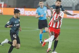 El Rayo gana en Almería y echa una mano al Mallorca