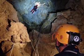 Así sería un rescate a más de 90 metros de profundidad