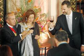 (L-R) Mexico's President Felipe Calderon, his wife and Mexico's first lady Margarita Zavala and Spain's Crown Prince Felipe toas