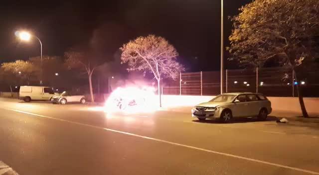 Los pirómanos prenden fuego a un coche en el Germans Escalas