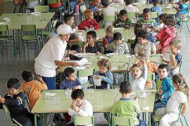 Educació recibe la mitad de peticiones de becas de comedor