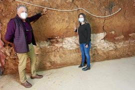 Eduardo Mayol y la ambientóloga Laura Tur, en el interior de una de las salas subterráneas donde se lleva a cabo la experimentación del cultivo de hongos con agua atmosférica