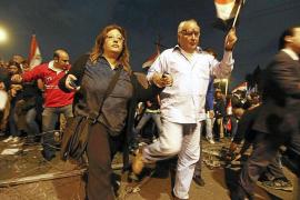 Mursi sale del palacio presidencial en medio de violentos disturbios en El Cairo