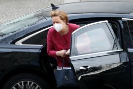 Merkel reconoce que la pandemia tiene «firmemente agarrada» a Alemania