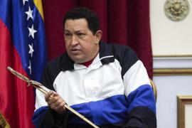 Chávez ya se encuentra en La Habana donde lo recibió Raúl Castro