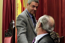 Bauzá fuerza la dimisión de Rotger al frente del Parlament
