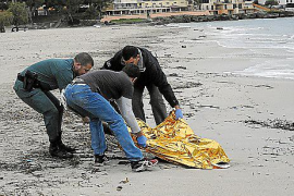 Aparece en la playa de Santa Ponça el cadáver  de un hombre vestido con neopreno