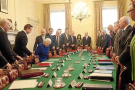 Isabel II rompe moldes presidiendo una reunión del Consejo de Ministros
