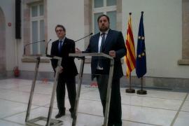 Mas y Junqueras rubrican el pacto  de gobernabilidad para celebrar una consulta en 2014