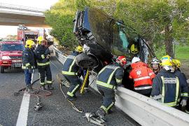 Un coche se sube al guardarraíl en la autopista de Llucmajor