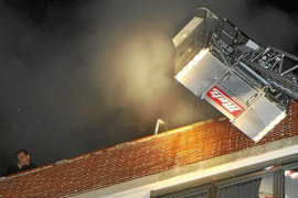 Un incendio destruye un sexto piso en Palma y afecta a otro