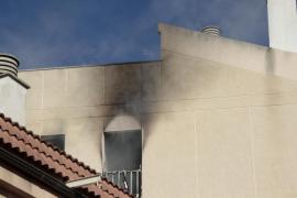 Intoxicados cuatro vecinos por un incendio en un edificio de Son Espanyolet