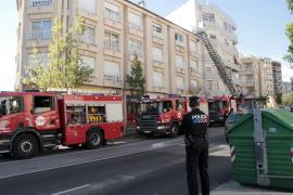 Cuatro intoxicados al arder un piso frente al cuartel de la Policía Local de Palma