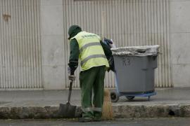Un barrendero de Emaya encuentra 5.970 euros en la calle y los entrega a la policía