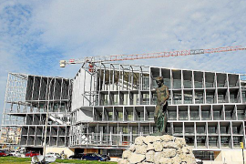 Ni un panel disimula las obras del Palau de Congressos ni Ronaldo busca solar en Palma