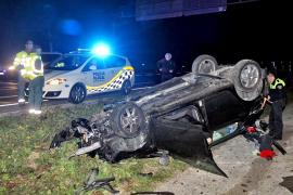 Ileso el conductor de un coche que volcó en la autopista de Peguera