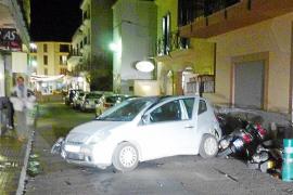 Un conductor huye tras colisionar contra un coche y dos motos en Andratx