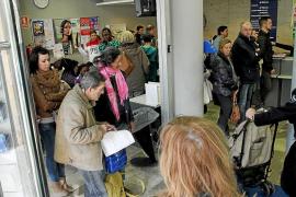 Largas colas en el Ajuntament de Palma para solicitar el certificado de residente