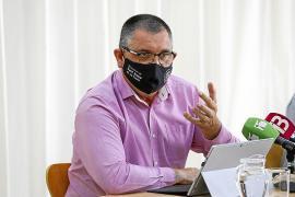 El alcalde de Sant Josep, Ángel Luis Guerrero, explicando ayer la decisión municipal
