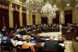 El Parlament paga sueldos de 'asesores' a 33 cargos y excargos de todos los partidos