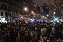 Cientos de personas protestan contra la corrupción ante la sede del PP en Madrid