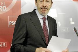 Rubalcaba exige «ya» explicaciones a Rajoy y la dimisión de Montoro