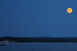 Luna llena en la playa de es Carbó
