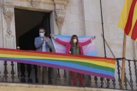 La bandera gay ya ondea en el Consistorio palmesano