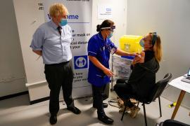 Boris Johnson en un centro de vacunación