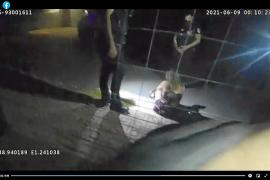 Una joven recibe ayuda de la Policía Local de Sant Josep tras salir de una fiesta ilegal