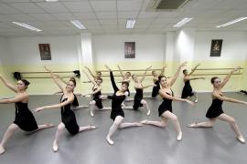 Las alumnas de la Escola Francisca Tomàs bailan por solidaridad