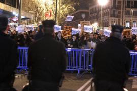 Centenares de ciudadanos protestan contra la corrupción ante las sedes del PP