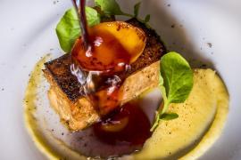 Terrina de lechona con foie, aderezada con una salsa de brandy Suau.