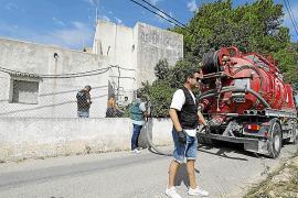 La Guardia Civil vacía el pozo de una casa okupada y analizará ropas y otros vestigios