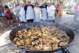 Es Canar celebra su día grande con misa, desfile de carros y fiesta con Cachirulo