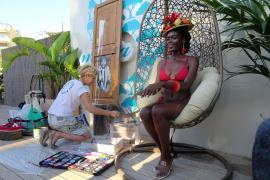 La artista Carolina Adán Caro junto la exótica modelo.