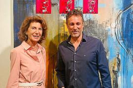 El artista con Carmen Planas.