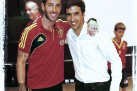 Raúl y Fernando Hierro visitan a 'la Roja' en Catar