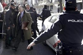 Bárcenas contesta al fiscal como imputado tras ser increpado en la calle con gritos de «chorizo»