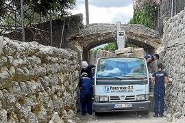 Un camión grúa derrumba el puente catalogado del Camí de s'Hort de Cas Misser en Selva
