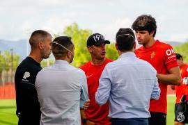 Luis García espera la llegada de tres fichajes más, entre ellos un delantero