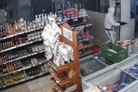 Dos años y un mes de cárcel para el joven armado que atracó un supermercado de Son Rapinya