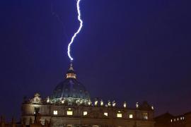 El rayo que cayó en San Pedro tras el anuncio del papa da la vuelta al mundo