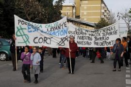 Decenas de vecinos del Polígono de Llevant se manifiestan contra el abandono de Cort
