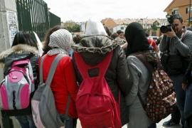 La niña expulsada de un centro por llevar 'yihab' recibe ayuda psicológica