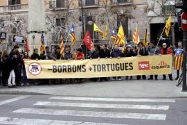 Unas 30 personas exigen que la Plaça Joan Carles I vuelva a llamarse 'De les Tortugues'