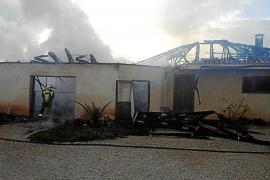 Un incendio arrasa por completo un chalet en las afueras de Campos
